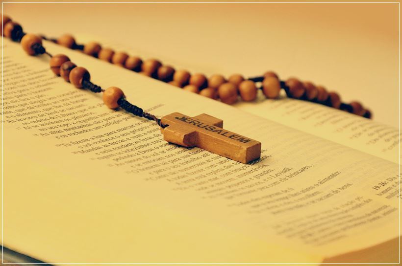 Imagen de la biblia y rosario
