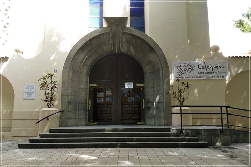 Puerta de entrada del templo abierta