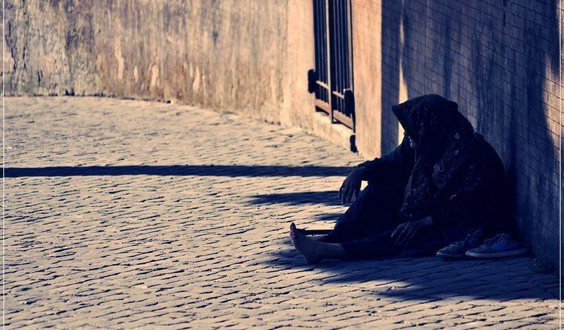 Mujer pidiendo en la calle