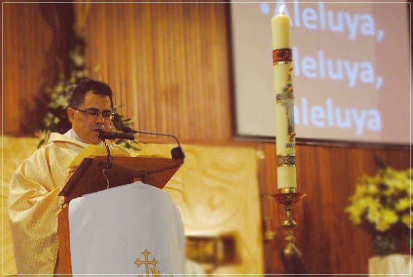 Padre Javier consgrando