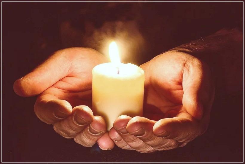 Manos juntas con vela - Mensajeros de Jesús