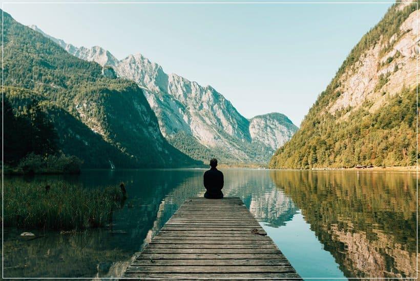 Persona sentada contemplando paisaje